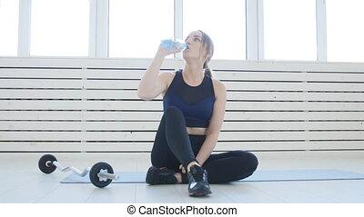activités, femme, concept., après, jeune, sports, eau, fitness, intérieur, blanc, boire