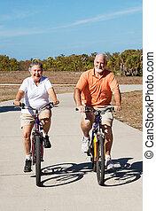 activo, jubilado, seniors, en, bicicletas