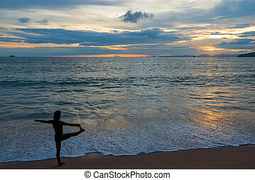 activo, mujer, hacer, yoga, en la playa, en, ocaso, tiempo