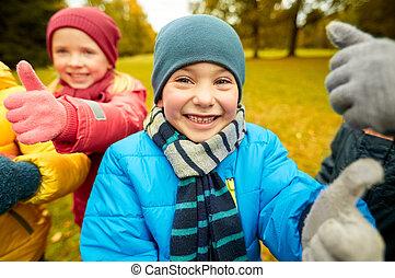 actuación, parque, arriba, otoño, pulgares, niños, feliz