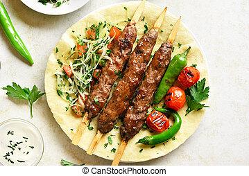 adana, kebab, verduras frescas, flatbread