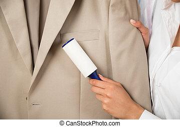 adhésif, femme, nettoyage, rouleau, manteau