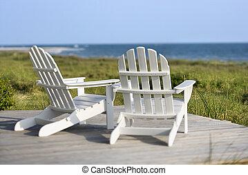 adirondack stühle, deck, sehen, sandstrand, auf, kahle...