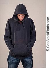 adolescent, à, hoodie, regarder bas, contre, a, sale, gris,...