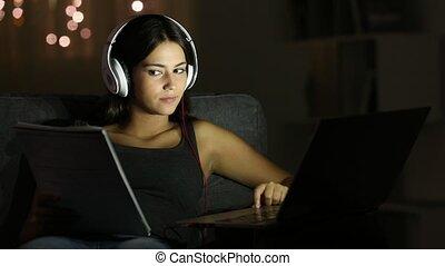 adolescent, étudiant, comparer, notes, à, a, ordinateur...