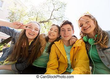 adolescent, étudiants, amusant, amis, ou, heureux