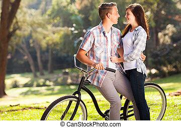 adolescent, agréable, couple étreindre