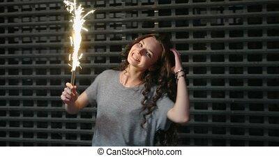 adolescent, barrière, danse, métal, sparkler, rue, nuit, devant, girl, slomo
