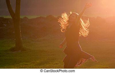 adolescent, contre, saut, coucher soleil, forêt, girl