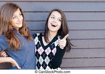 adolescent, copyspace, pointage, &, deux, rire, jolie fille, amis, heureux