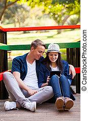adolescent coupler, utilisation, tablette, informatique