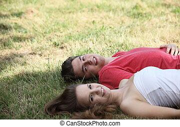 adolescent, délassant, couple, sourire, herbe, heureux