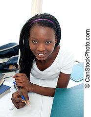 adolescent, elle, étudier, lit, fille souriante, mensonge