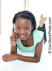 adolescent, elle, mobile, lit, téléphone, utilisation, fille souriante, mensonge