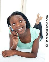 adolescent, elle, mobile, lit, téléphone, utilisation, girl, mensonge, heureux