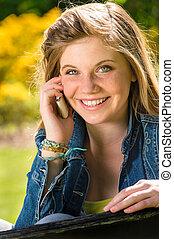 adolescent, elle, téléphone portable, utilisation, girl, joyeux