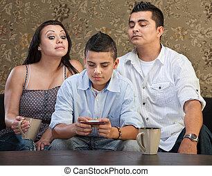adolescent, envoi, parents, messages, regarder