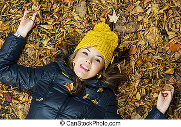 adolescent, feuilles, jeune, automne, fille souriante, mensonge