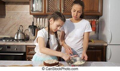 adolescent, fille, elle, cuisine, fait main, ensemble, chocolat, mère, gâteau, crème