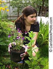 adolescent, girl, à, fleurs, sur, pot, jardinage