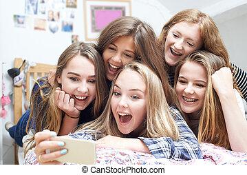 adolescent, groupe, mobile, selfie, filles, téléphone, prendre