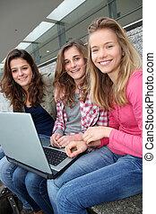 adolescent, groupe, ordinateur portable, filles, école, informatique, yard