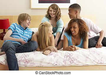 adolescent, groupe, pendre, cinq, chambre à coucher, amis, dehors