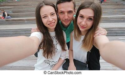 adolescent, groupe, prendre, rire, rue., amis, selfie, heureux