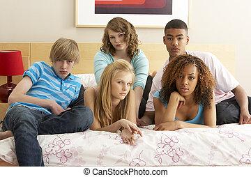 adolescent, groupe, regarder, cinq, chambre à coucher, percé, amis