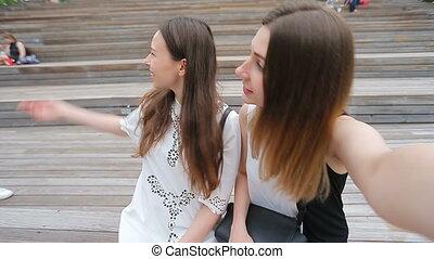 adolescent, groupe, tablette, regarder, images, prendre, parc, trois, pc, rire, rue., amis, selfie, heureux