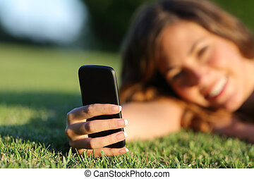 adolescent, haut, main, téléphone, utilisation, fin, girl, herbe, intelligent, heureux
