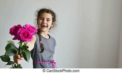 adolescent, heureux, roses, girl, fleurs, donne