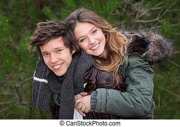 adolescent, hiver, couple, dos, porcin, sourire heureux