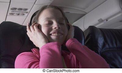 adolescent, métrage, écouteurs, gai, quoique, avion, musique, voyager, vidéo, girl, écoute, cabine, stockage