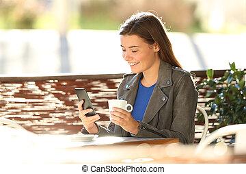 adolescent, magasin, café, mode, téléphone, utilisation