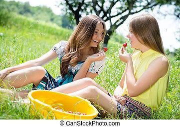 adolescent, manger, deux, jeune, fraise, girl, heureux