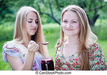 adolescent, manger, filles, deux, jeune, confiture fraise, heureux