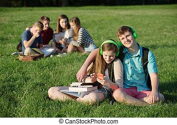 adolescent, mignon, couple, écouteurs