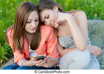 adolescent, mobile, filles, deux, message téléphonique, lecture, heureux