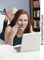 adolescent, mobile, ordinateur portable, téléphone, chambre à coucher, utilisation, girl