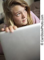 adolescent, ordinateur portable, coupable, regarder, utilisation, maison, girl