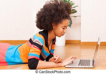adolescent, plancher, ordinateur portable, coupe, assis, américain, informatique, noir, africaine, utilisation, girl, afro