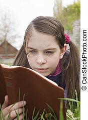adolescent, pose, lit, livre, girl, herbe
