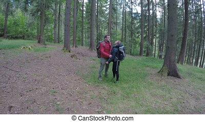 adolescent, randonée couple, forêt, tenant mains, agréable, sacs dos, randonneurs