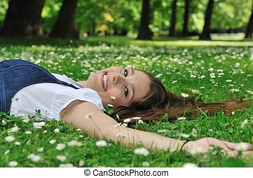 adolescent, reposer dans herbe, à, fleurs