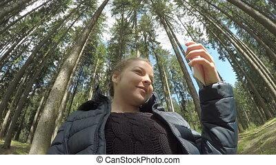 adolescent, rigolote, smartphone, randonnée, reposer, prendre, après, selfies, forêt bois, fond, montagne, girl, 360, vue
