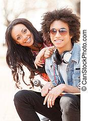 adolescent, séance, friends., deux, gai, appareil photo, chaque, fin, sourire, amis, autre