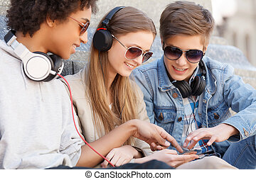 adolescent, séance, friends., trois, gai, autre, musique écouter, chaque, amis proches