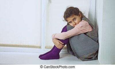 adolescent, séance, jeune, triste, regarder, fenêtre, fenêtre, girl, dehors