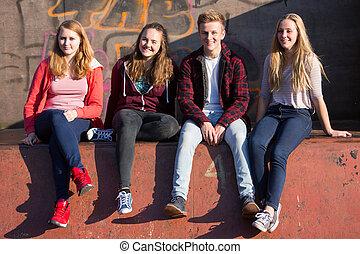adolescent, séance, parc, skateboard, portrait, amis